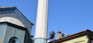 Tehlike saçan minareye belediye el attı