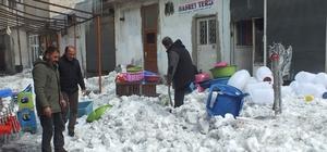 Çatıdan düşen kar kütlesi maddi zarara yol açtı
