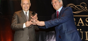 BAŞKON'dan Yenimahalle Belediye Başkanı Yaşar'a ödül