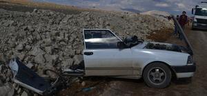 Otomobilin ikiye bölündüğü kazada 5 kişi yaralandı