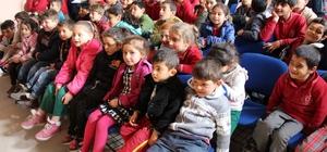 Köy okulundaki çocuklar geleneksel Türk tiyatrosu ile tanıştı