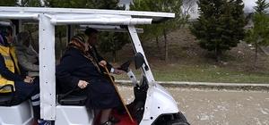 Yaşlı ve engelli ziyaretçiler, mezarlığı akülü araçla geziyor