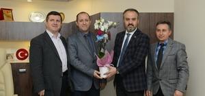Alinur Aktaş'tan doktorlarla birlikte pasta kesti