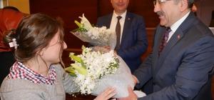 Belediye Meclisini takip eden gazeteciler Başkan Gümrükçüoğlu'nun Tıp Bayramı'nı kutladı