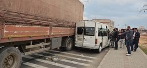 Mardin'de tır minibüse çarptı: 8 yaralı