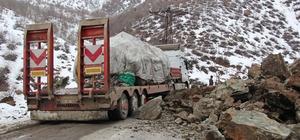 Şemdinli'de yola kaya parçaları düştü