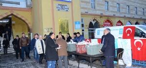 Palandöken Belediyesi sabah namazına gelen vatandaşa simit ikram etti