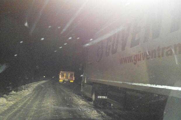 Karda mahsur kalanları belediye ekibi kurtardı