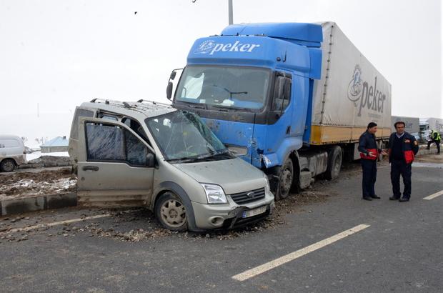 Ağrı'da tırla kamyonet çarpıştı: 5 yaralı