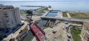 Tramvay için 150 tonluk çelik köprü kuruldu
