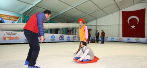 Down Sendromlu çocuklar buz pistinde