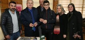Başkan Kasap'a yaptığı tespihi hediye etti