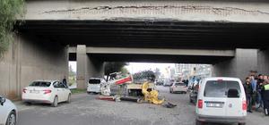 Vinçli kamyon üst geçide çarptı: 2 yaralı