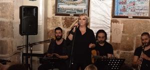 Ünlülerin vokalisti Gülden Taşkın tarihi konakta nostalji yaşattı