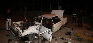 Adana'da otomobil elektrik direğine çarptı