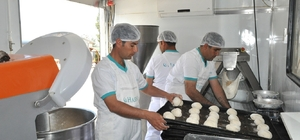 Akçakale'de ihtiyaç sahibi ailelere günlük 6 bin ekmek dağıtılıyor