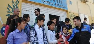 Cizre polisinden öğrencilere hediye