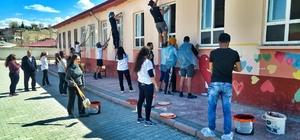 Üniversiteli gençler, pedal çevirip okul boyadı