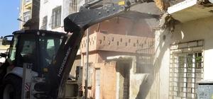 Akdeniz'de tehlike oluşturan metruk bina yıkıldı