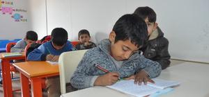 Suriyeli minikler Türkçe okuma yazma öğreniyor