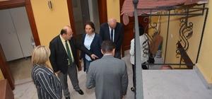 Başkan Özakcan, restorasyonu süren konakları inceledi