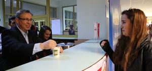 Kütüphaneye gelen öğrencilere Rektör'den çorba