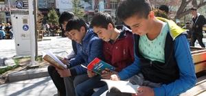 Park içerisinde kitap okudular