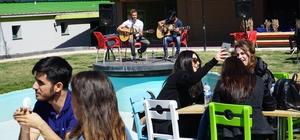 ESOGÜ'de öğrencilere vize öncesi müzik ziyafeti