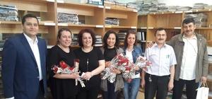 Kütüphane Haftası'nı karanfil dağıtarak kutladılar