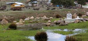 Mezar ziyareti için göleti aşıyorlar