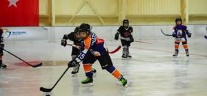 Buz hokeyi finalinde miniklerin madalya ve kupa heyecanı