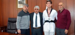 Sorgun Belediye Başkanı Şimşek, başarılı sporcuyu ödüllendirdi