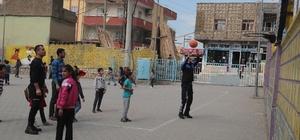 Silopi'de polisler öğrencilerle top oynadı