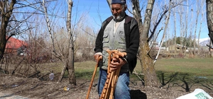 85 yaşında baston satarak geçiniyor