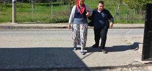 Bedensel engelli oğlunu okulda da yalnız bırakmıyor