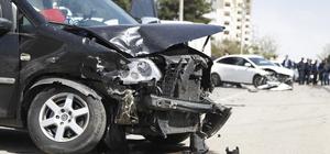 Kontrolden çıkan araç gazetecilerin otomobillerine çarptı: 3 yaralı