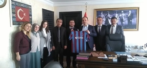 Trabzonlu öğretmenler Kaymakam Şener'e forma hediye etti
