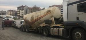 Freni boşalan beton mikseri park halindeki araçlara zarar verdi