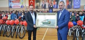 İzmit Belediyesi, Karamürsel'de 872 öğrenciye bisiklet dağıttı