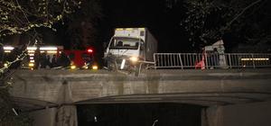 Kaza yapan kamyonet köprüde asılı kaldı