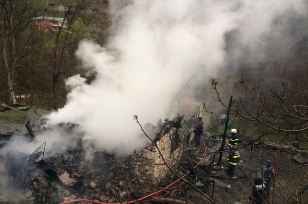 Yangında çöken evinin enkazı altında kalarak öldü
