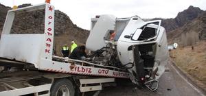 Oltu'da kamyonlar çarpıştı : 3'ü ağır 5 yaralı