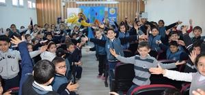 Öğrencilere Hokkabaz ile Palyaço konulu tiyatro gösterileri düzenlendi