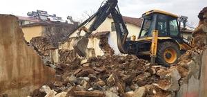 Genç'te metruk yapılar yıkıldı