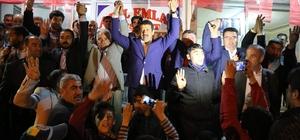 AK Partiye katılanlara rozet taktı