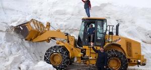 Kardan kapanan köy yolu 6 ay sonra açılıyor
