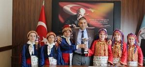 Halk oyunları öğrencilerinden İl Milli Eğitim Müdürü Aşım'a ziyaret