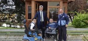 Başkan Yiğit engellilerin elinden tutuyor