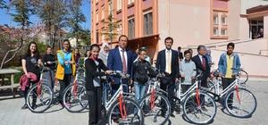 Korkuteli'de başarılı öğrencilere bisiklet