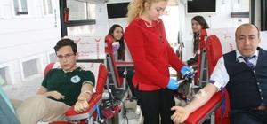 Öğrencilerden Kızılay'a gönüllü kan bağışı